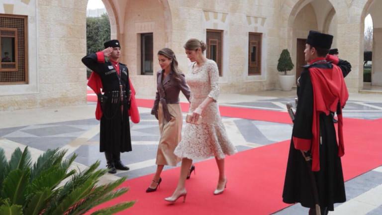 """Смелите деколтета на кралица Рания и """"коригирания бюст"""" на Десислава Радева хит във форумите"""