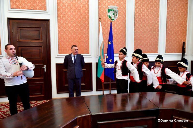 Коледари гостуваха на кмета Стефан Радев